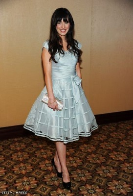Zooey in a lovely fit and flare retro gown. Copyright: Getty Images