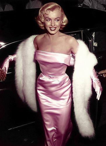 marilyn-monroe-in-50s-strapless-pink-wiggle-dress